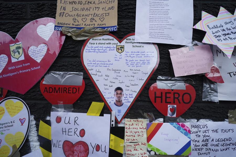 Συγκινητικές εικόνες στήριξης για τον Ράσφορντ στο σημείο της τοιχογραφίας του (pics)