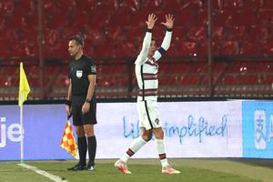 Δεν μέτρησε γκολ του Κριστιάνο, πέταξε το περιβραχιόνιο κι αποχώρησε από το γήπεδο! (video)