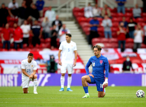 Ο Νεντελτσεάρου δεν γονάτισε κατά του ρατσισμού πριν το φιλικό με την Αγγλία (video)
